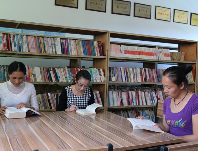 云南省鎮康縣總工會加強制糖企業職工書屋建設